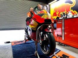 Red Bull จัดเต็ม พาสื่อมวลชน เข้าไปส่องรถแข่ง Moto GP ถึงใน Pit Box