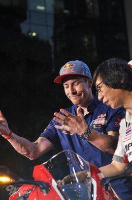ฮอนด้าบิ๊กไบค์ทำเซอร์ไพรส์เปิดตัว All New CBR1000RR ที่สุดแห่งยนตกรรมสายพันธุ์สปอร์ตนำ นิกกี้ เฮเด้น อดีตแชมป์ MOTO GP ร่วมเปิดตัวสุดยิ่งใหญ่