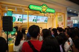 """Potato Corner ฟีเว่อร์ ชาวนครสวรรค์ แห่อุดหนุนธุรกิจ """"พีช-พชร"""" ต่อคิวซื้อเฟรนช์ฟรายส์"""