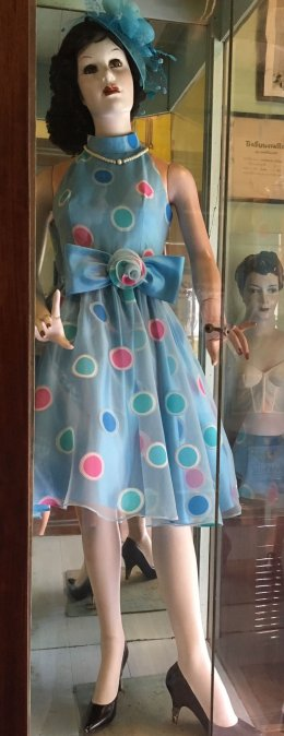 ตู้หุ่นโชว์เสื้อผ้าสตรีปูนพลาสเตอร์