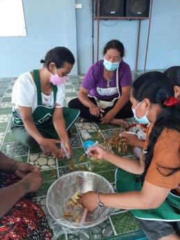 """โครงการการพัฒนาอาชีพจากผลผลิตทางการเกษตร """"กิจกรรมการทำผลิตภัณฑ์จากสมุนไพร"""""""