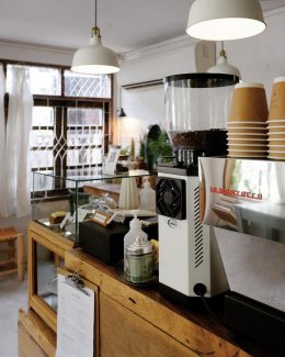 คาเฟ่โคราช, ร้านกลิ่นฝน Glinfon, Boba Cafe, Niyom Chomchob นิยทชมชอบ, Blue Brew Coffee Bar