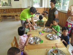ไวท์เนเจอร์ใจดี เลี้ยงอาหารเย็นเด็กมูลนิธิเด็ก