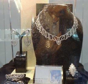 """ชุดเครื่องประดับเพชร Heart & Arrow คุณภาพสูงสุด """"The Resplendent Charming"""" ของ Lee Seng Jewelry (L.S. Jewelry Group) ได้รับการคัดเลือกจาก Ploi Thai  ในงาน Bangkok Gems & Jewelry Fair 52 nd ให้เป็นจิวเวลรี่  """"พลอยไทย"""" 2013  จากจำนวนบริษัทกว่า 3,000"""