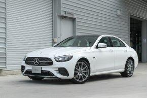"""สะกดทุกสายตากับ """"Mercedes-Benz The new E-Class""""    เมอร์เซเดส-เบนซ์เผยโฉมใหม่ดีไซน์สุดโฉบเฉี่ยวของรถยนต์รุ่นที่ได้รับความนิยมสูงสุด   พร้อม 3 ทางเลือกของรุ่นปลั๊กอินไฮบริดและดีเซล เปิดราคาเริ่มต้นที่ 3.19 ล้านบาท"""