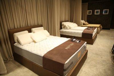 """เรสเทียร์ โชว์ ที่นอนทองคำ 4 ล้านบาท พร้อมเผย 2 แบรนด์แอมบาสเดอร์ """"ชมพู่"""" อารยา และ แบมแบม GOT7"""