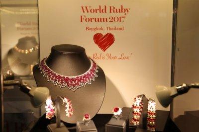 """GIT อวดโฉม """"ทับทิม"""" มูลค่ากว่า 5,000 ล้านบาท ผ่านแฟชั่นโชว์สุดตระการตา """"World Ruby Forum 2017"""""""