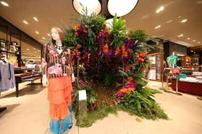 """ดอกไม้บานสะพรั่ง ฉลอง """"70 ปี ห้างเซ็นทรัล"""" สุดอลังการ  อวดโฉม 'ควีน ออฟ ฟีนิกซ์' พร้อมไข่มุก 700 ล้าน"""