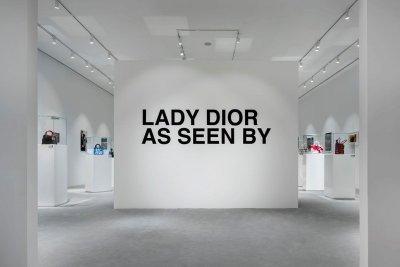 """""""LADY DIOR AS SEEN BY"""" นิทรรศการกระเป๋า เลดี้ ดิออร์ ฉลองเปิดบูติคดิออร์แห่งใหม่ สุดหรูที่ไอคอนสยาม"""