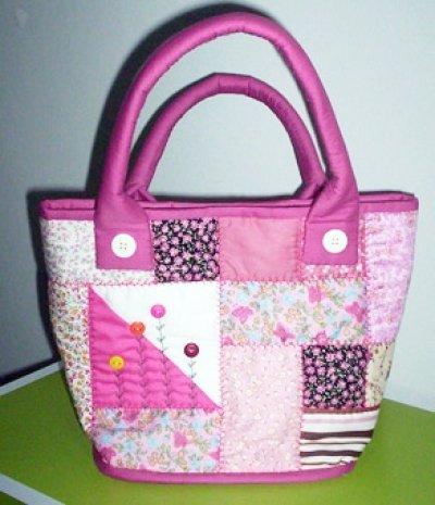 กระเป๋าถือสีชมพู