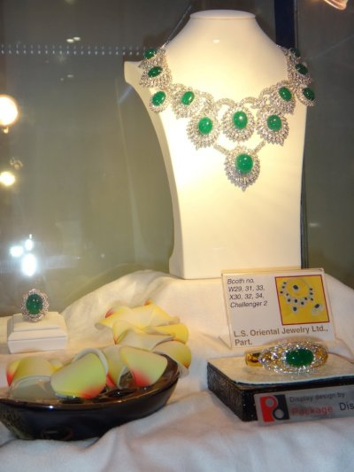 """ชุดเครื่องประดับมรกตจาก Lee Seng Jewelry (L.S. Jewelry Group) ได้รับรางวัล Second Runner Up  ในการประกวดออกแบบจิวเวลรี่ """"พลอยไทย"""" 2011 จากจำนวนกว่า 3,000 บริษัทที่ร่วมในงาน Bangkok Gems & Jewelry Fair 48 th"""