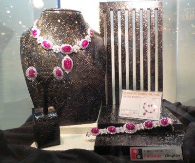 ชุดจิวเวลรี่ Certified Unheated Star Burmese Ruby รวม 170 กะรัต Lee Seng Jewelry (L.S. Jewelry Group) ได้รับการคัดเลือกจากบริษัทที่เข้าร่วมงาน Bangkok Gems กว่า 2,500 บริษัท ให้เป็นชุดจิวเวลรี่ Master piece จัดแสดงในงาน Bangkok Gems & Jewelry Fair