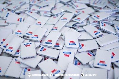 พิมพ๋โลโก้ลงบนพาวเวอร์แบงค์ สีขาว ลาย THAI-DENMARK