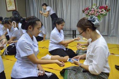 พิธีบายศรีสู่ขวัญก่อนออกฝึกภาคปฏิบัตินักเรียนรุ่น 13 ปีการศึกษา 2559 โดยมีดร.จุไรรัตน์ ศรีศิริ ผู้บริหารสถานศึกษา ประธานในพิธี คณะอาจารย์ และบุคลากรโรงเรียนเดอะแคร์การบริบาลร่วมผูกแขนอวยพร เพื่อเป็นขวัญและกำลังใจให้กับนักเรียนทุกคน ก่อนที่จะออกฝึกภาคปฏิบั