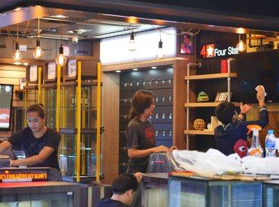 ออกแบบร้านจำหน่ายมือถือ ร้าน 4 star ห้างมาบุญครอง กรุงเทพมหานคร