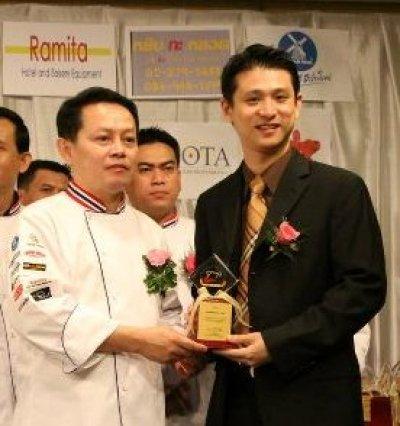 รับถ้วยรางวัลจากสมาคมเบเกอรี่(ประเทศไทย) ปี 2554
