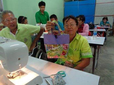 อบรบส่งเสริมและพัฒนาทักษะ การเย็บกระเป๋าผ้าให้กับคนพิการ  /  ผู้ดูแลคนพิการในชุมชน