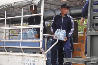 มอบน้ำดื่มประชาบดีจำนวน ๕๐๐ แพ็ค