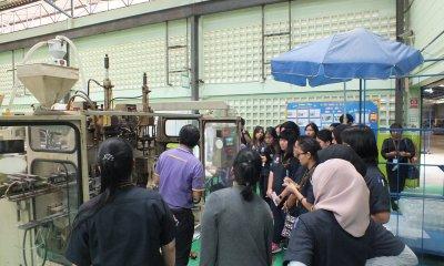นักศึกษาและอาจารย์เยี่ยมชมโรงงาน