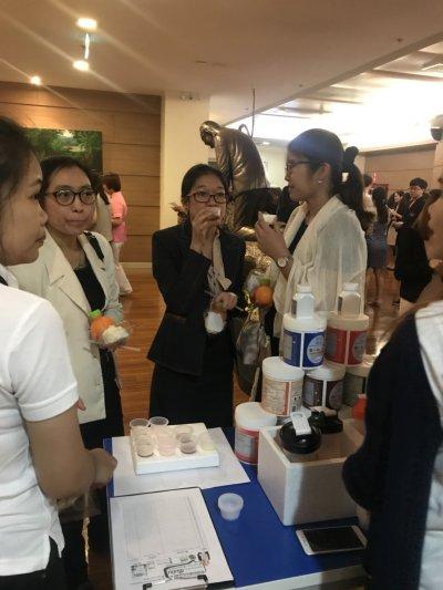 ภาพบรรยากาสผู้ที่มาเข้าร่วมชิม โปรตีนไข่ขาว ฮีโมมิน จากการออกบูธ ณ สถาบันโรคไตภูมิราชนครินทร์ เมื่อวันที่ 11 พ.ย. 2560