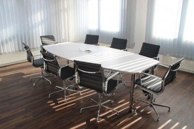 พื้นยางลายไม้สีน้ำตาลลายไม้ใช้กับพื้นห้องประชุม
