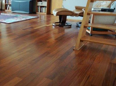 ออกแบบพื้นห้องนั่งเล่นด้วยพื้นไม้ลามิเนตและพื้นกระเบื้องยางลายไม้
