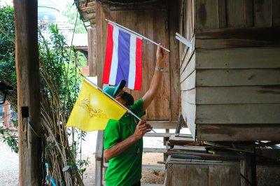 ประดับธงตราสัญลักษณ์ วปร. และธงชาติไทย