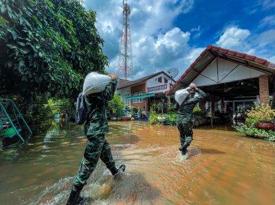 ศูนย์การฝึก นศท. มทบ.33  จัดกำลังพล ออกช่วยเหลือประชาชน หลังเกิดน้ำท่วม