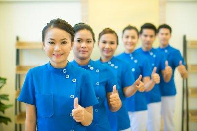 ทีมแพทย์ นักกายภาพบำบัดและทีมงานผู้ช่วยที่มีความชำนาญงาน