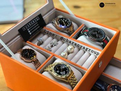 สามารถใส่นาฬิกา 7 เรือน (บน4ลิ้นชักล่าง3) พร้อมช่องใส่แหวนตรงกลาง  หรูหรา งานสวย เนื้องานดี ผลิตด้วยวัสดุเกรดดี เนื้องานสวย ตัวกล่องทำจากโครงไม้ ภายนอกหุ้มด้วยหนัง เป็นงานเย็บอย่างละเอียดปราณีต ส่วนภายในบุด้วยกำมะหยี่เนื้อดี สีส้ม