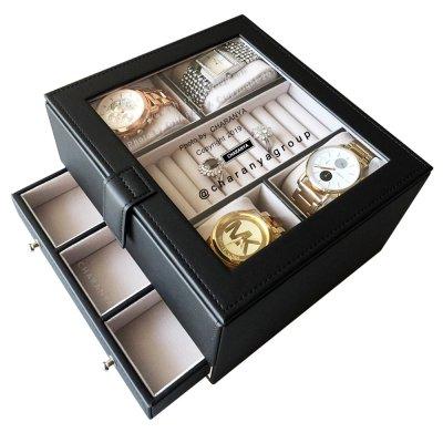สามารถใส่นาฬิกา 7 เรือน (บน4ลิ้นชักล่าง3) พร้อมช่องใส่แหวนตรงกลาง  หรูหรา งานสวย เนื้องานดี ผลิตด้วยวัสดุเกรดดี เนื้องานสวย ตัวกล่องทำจากโครงไม้ ภายนอกหุ้มด้วยหนังสีดำ เป็นงานเย็บอย่างละเอียดปราณีต ส่วนภายในบุด้วยกำมะหยี่เนื้อดีสีขาวครีม