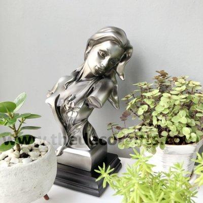 รูปปั้นสาวสวยผมยาวสไตล์โรมันตกแต่งตั้งโชว์กลางสวนขนาดเล็กในบ้าน