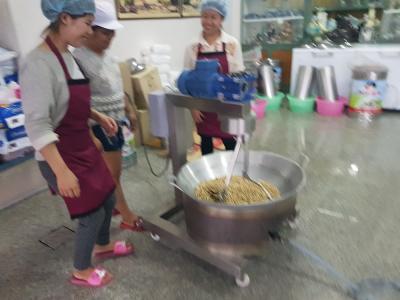 0015 ภาพขั้นตอนการทำถั่วลิงคั่ว ของบริษัทนะครับ ผลิตกันใหม่ วันต่อวัน ใหม่ สด อร่อย สะอาด แน่นอนนะครับ ^ ^