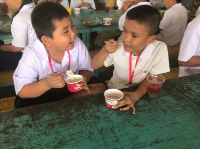 0016 ส่งไอศครีม เลี้ยงอาหารกลางวัน เด็ก นร.รร.วัดตาก้อง จ.นครปฐม ^ ^