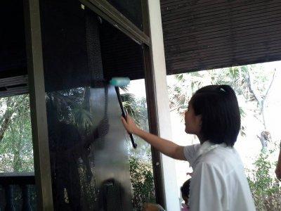 ตัวแทนคณะอาสายุวกาชาดร่วมกันบำเพ็ญประโยชน์ที่สถานสงเคราะห์ชายบ้านมหาราช จ.ปทุมธานี
