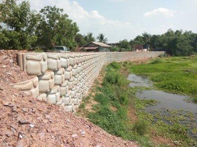 ผลงานการใช้บล็อกกำแพงกันดิน (ขนาดใหญ่) โครงการก่อสร้างกำเเพงกันดินป้องกันตลิ่งคลองตรอน