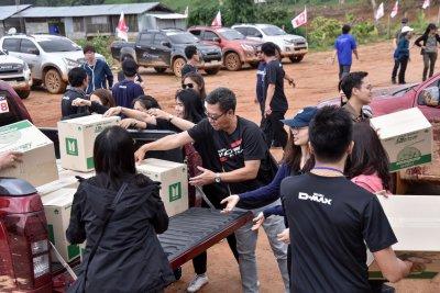"""คาราวาน อีซูซุวี-ครอส 4x4 """"พลังดี…เปลี่ยนโลก"""" จ.แม่ฮ่องสอน นำแสงสว่างสู่บ้านป่า ช่วยเหลือ 16 หมู่บ้านภาคเหนือตอนบน"""
