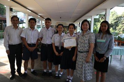 """อ.หญิง  สุมน ผู้จัดการโรงเรียนผะดุงศิษย์พิทยา มอบรางวัลและร่วมแสดงความยินดีกับครูกลุ่มสาระการเรียนรู้วิทยาศาสตร์และเทคโนโลยี และนักเรียนชั้นมัธยมศึกษาปีที่ 6 ที่ได้รับรางวัลรองชนะเลิศอันดับ 1 จากกิจกรรมประกวดคลิปวีดิโอ หัวข้อ """"การดำเนินงานด้านสิ่งแวด"""