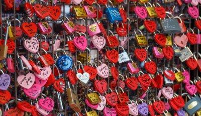 10 สถานที่ยอดฮิต คล้องกุญแจคู่รัก