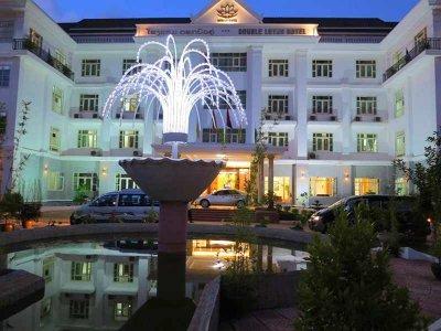 โรงแรมดอกบัวคู่