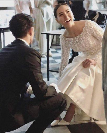 แพงมาก! เจ้าสาว 'เจนี่' วางใจรองเท้าวันแต่งงาน สีขาวหรูประดับคริสตัล สัญชาติฝรั่งเศส 'Roger Vivier'