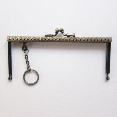 ปากกระเป๋าปิ๊กแป๊กแบบเหลี่ยมมีลาย พร้อมห่วงกุญแจ 15 ซม. Hobby&Land