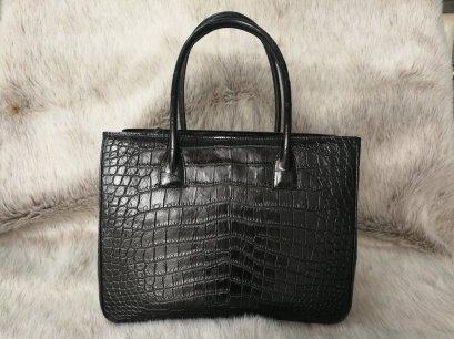 กระเป๋าถือสภาพสตรี หนังจระเข้แท้ ส่วนท้อง สีดำ รหัส CRW0218H-02-BL