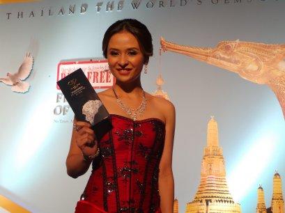 ชุดจิวเวลรี่เพชรน้ำหนึ่ง Heart & Arrow ของ L.S. Jewelry Group ได้รับคัดเลือกเป็นจิวเวลรี่ชุดเปิดงานในพิธีแถลงข่าวงาน Bangkok Gems & Jewelry Fair ครั้งที่ 53