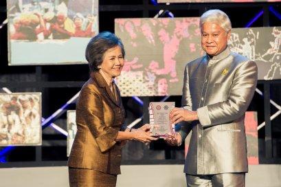 คุณนฤมล  สุรเศรษฐ ประธานกลุ่ม L.S. Jewelry Group ได้รับโล่เกียรติยศบุคคลดีเด่น ประจำปี 2554 - 2555 โดยสมาคมช่างภาพสื่อมวลชนแห่งประเทศไทย
