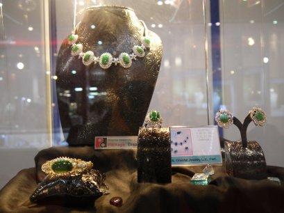 """ชุดเครื่องประดับหยกของ Lee Seng Jewelry  (L.S. Jewelry Group) ได้รับการคัดเลือกจาก Ploi Thai ในงาน Bangkok Gems & Jewelry Group ครั้งที่ 51 """"พลอยไทย"""" 2013 จากจำนวนกว่า 3,000 บริษัทที่ร่วมในงาน Bangkok Gems & Jewelry Fair 51st"""