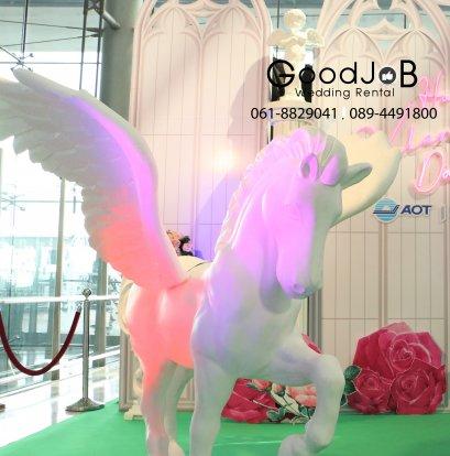 ม้าขาวพร้อมปีกนก