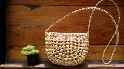 Medium crossbody water hyacinth bag