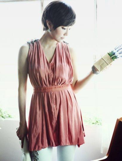[[*พร้อมส่ง F]] [SZ-1993] Styleonme++เสื้อ++เสื้อสีแดงอมชมพู ผ้าไหมพริ้ว แขนกุด ประดับบ่าด้วยเงินสวยๆ