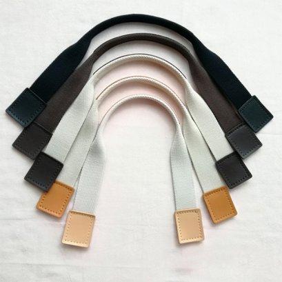 หูกระเป๋าผ้าคอตตอน บุหนังแท้ด้านบนและปลายหูกระเป๋า มีช่องสำหรับเย็บ ขนาด 49 x 3 cm. ราคาคู่ละ